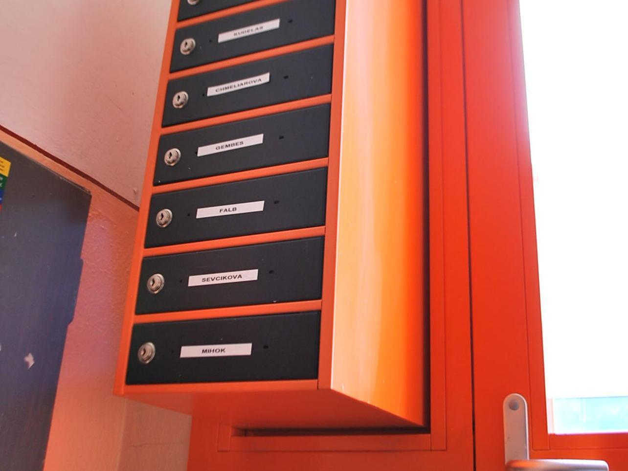 Poštové schránky v bráne