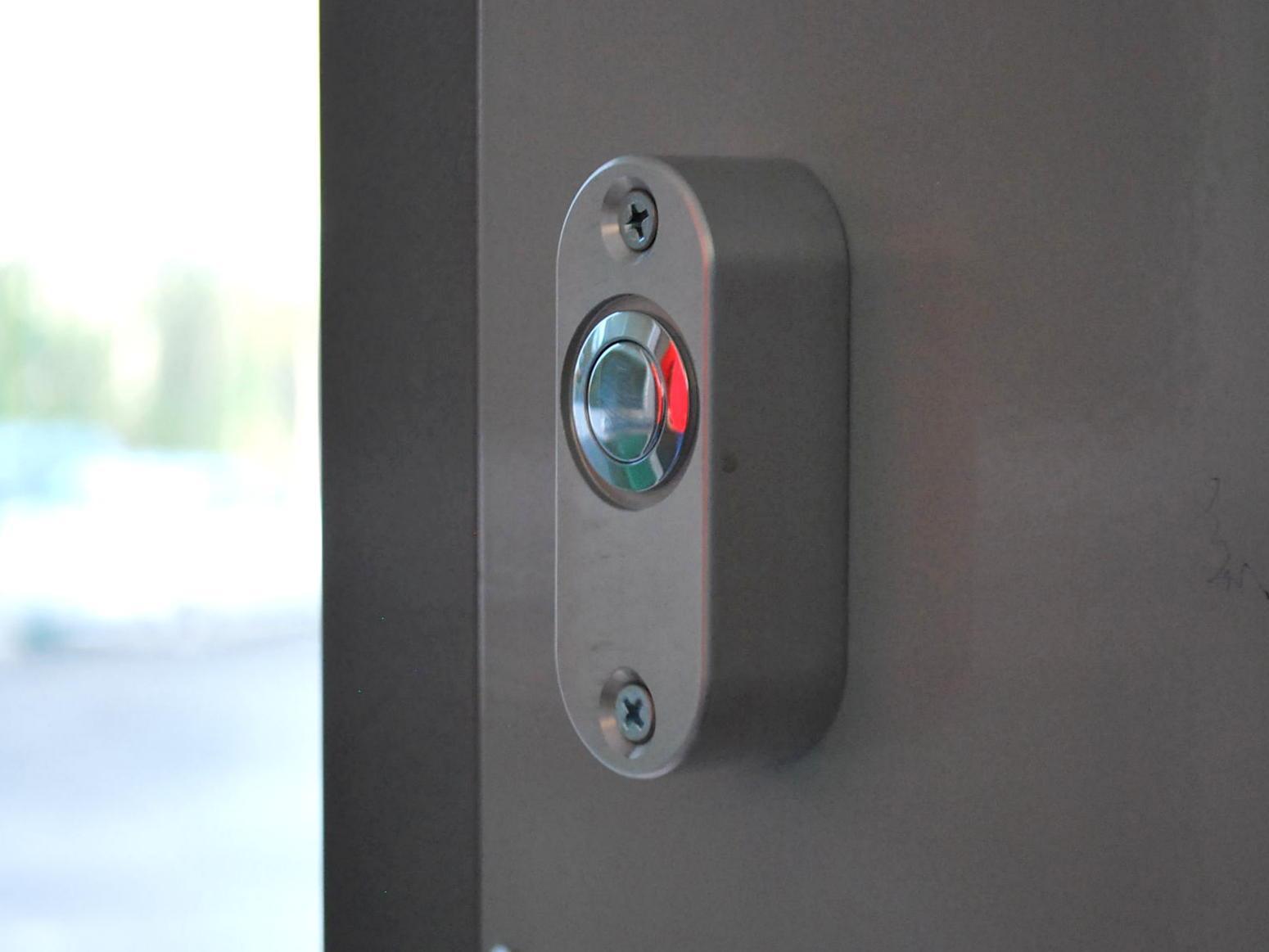 Tlačidlá na otváranie dverí