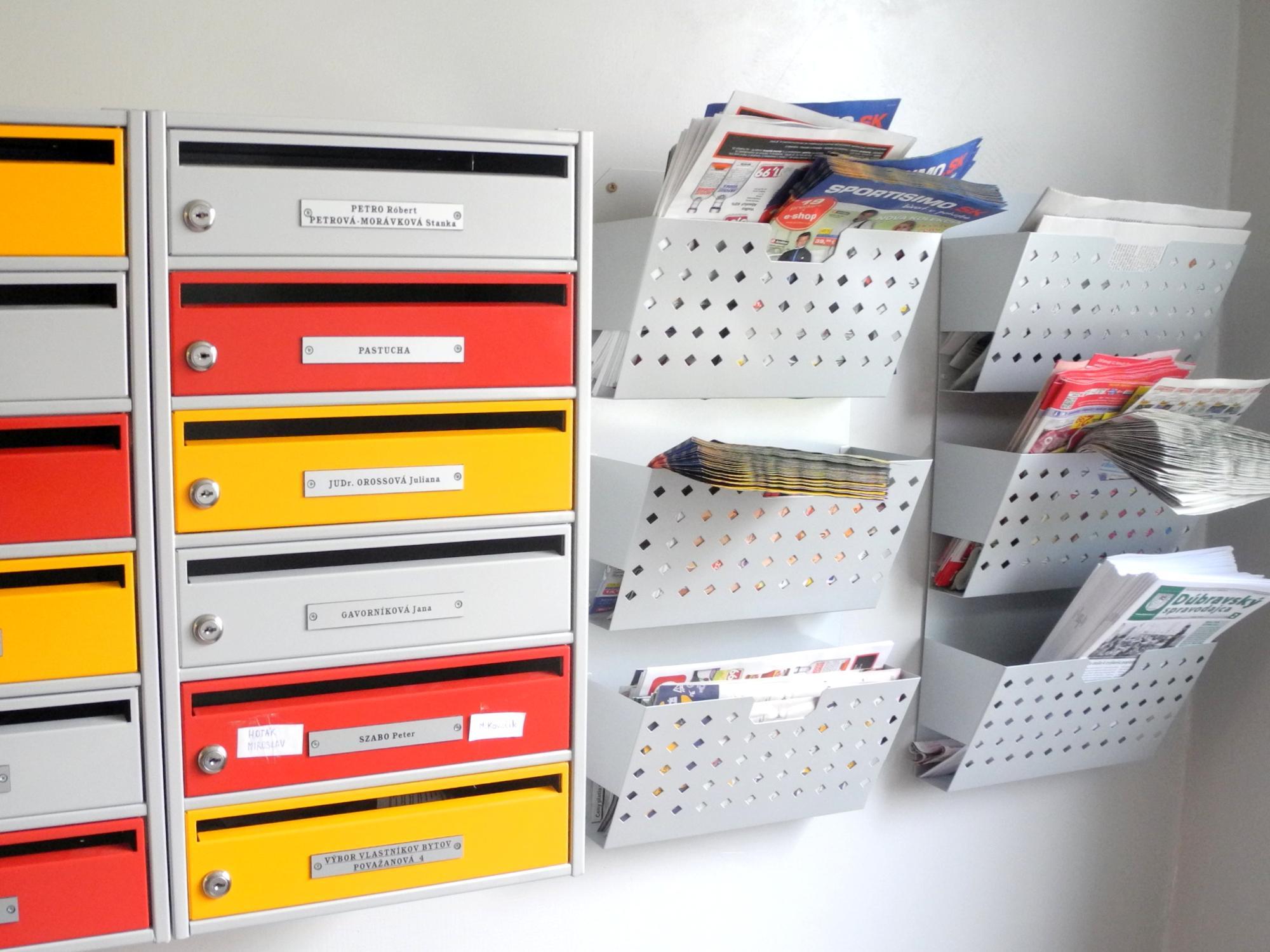 Vitríny, tabule a úložné police na reklamné materiály