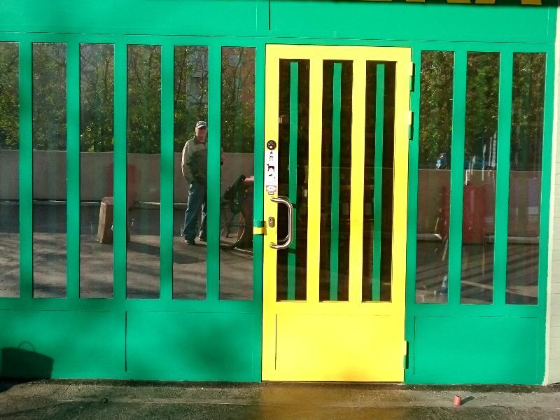 Kovová brána s hustým členením