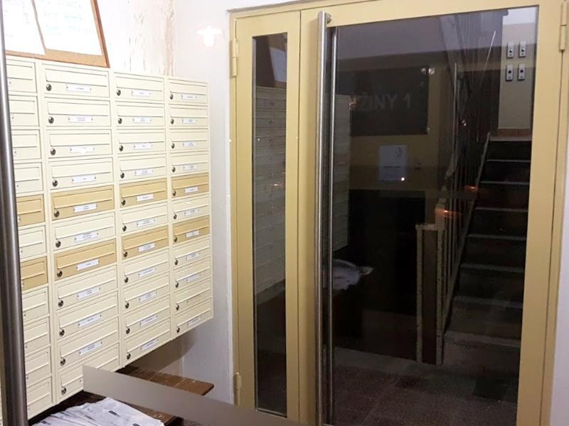 Moderné vchodové dvere so schránkami