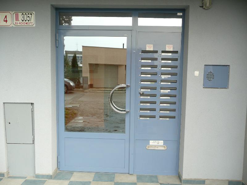 Brána s poštovými schránkami