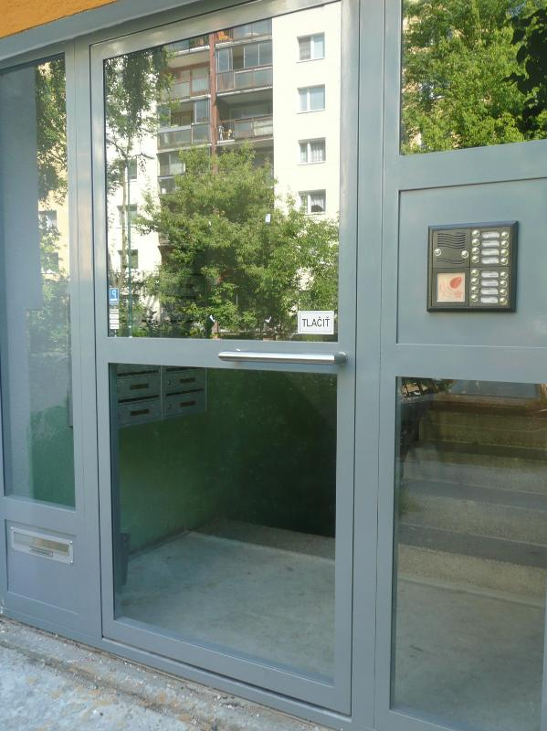 Brána s uzamykaním na magnetické zámky