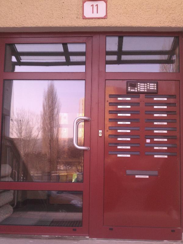 Hliníkové dvere s výplňou schránky, tablo, vhod na letáky