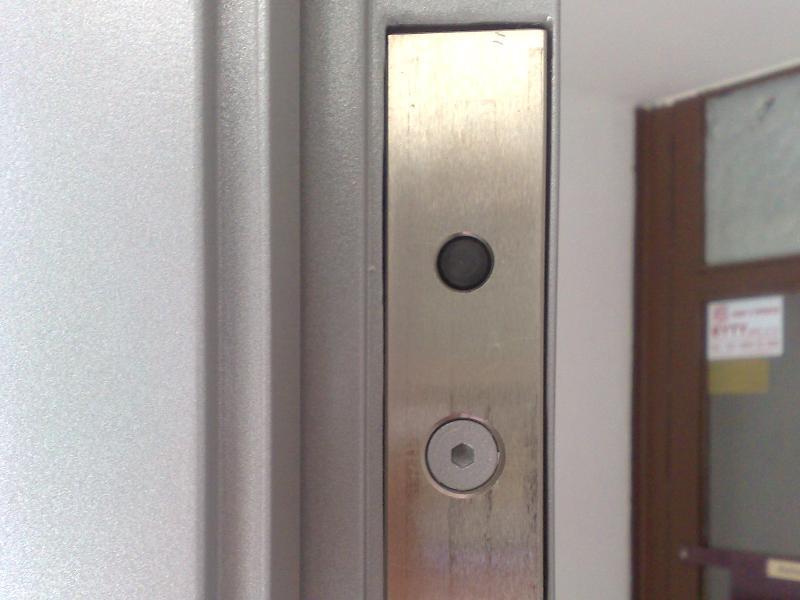 Protikus magnetického zámku osadený v bráne