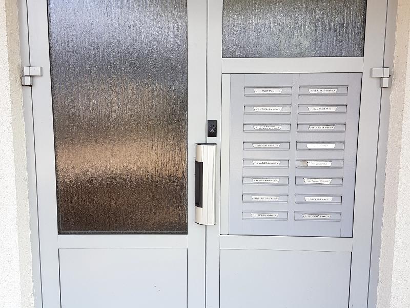 Brána so systémom uzamykania pomocou  hliníkovej lišty 1 x 300 kg a bezdotykového systému
