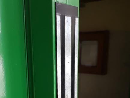 Detail magnetického zámku v hliníkovom madle vo farbe