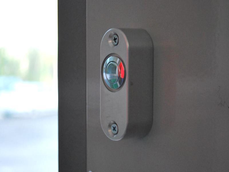 Tlačidlo na otváranie dverí