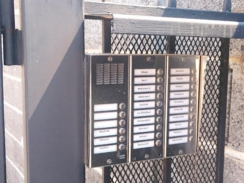 Osadenie tabla na bráničke bytového domu