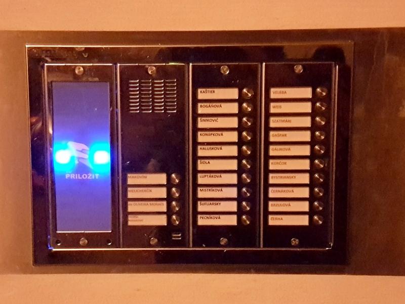 Podsvietená snímačka čipových príveskov v table