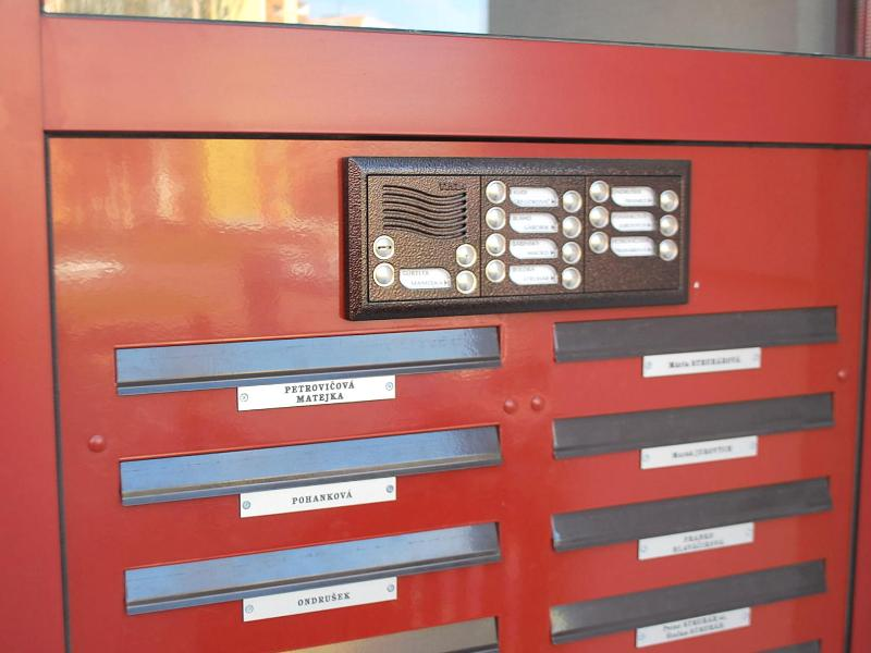 Tablo pre 16 bytov zabudované pri poštových schránkach