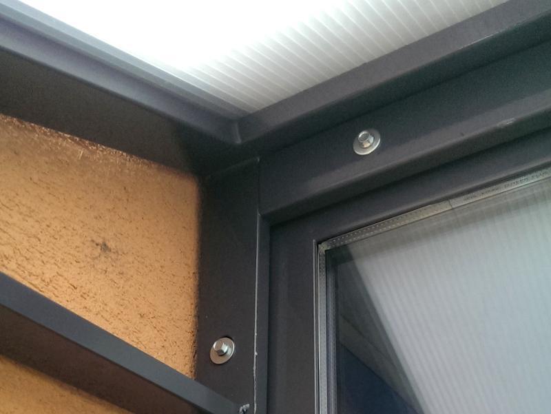 Detail kotvenia striešky na bytovom dome