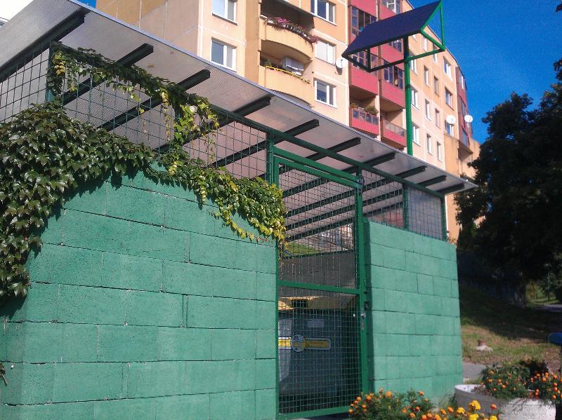 Smetiskové stojisko na bezdotykové prívesky na solárny panel
